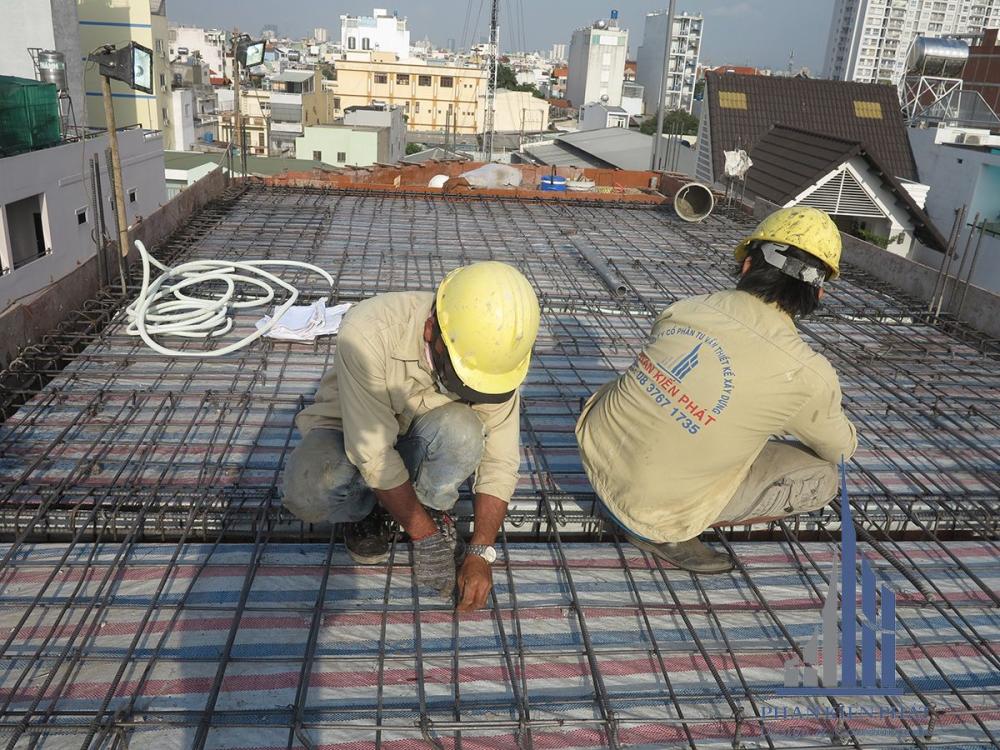 Thợ đang cột sắt sàn tầng mái góc View 1
