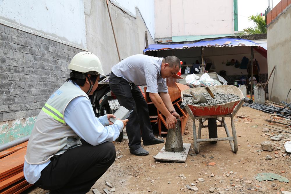 Kỹ sư kiểm tra bê tông trước khi đổ sàn tầng 1