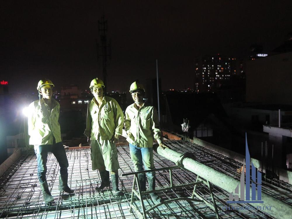 Thợ chuẩn bị đổ bê tông sàn tầng mái