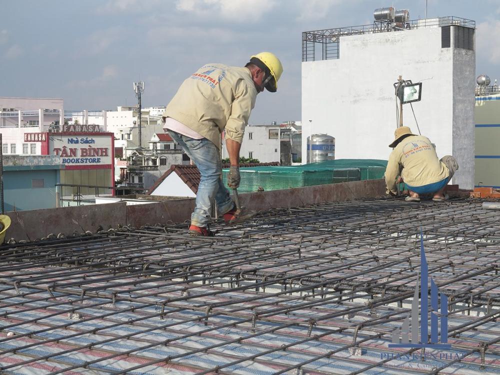 Thợ đang rà soát sắt sàn tầng mái trước khi đổ bê tông