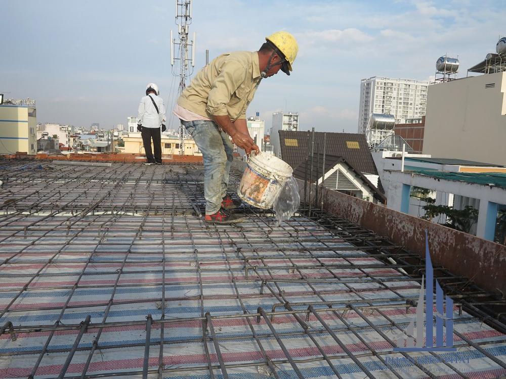 Thợ đang vệ sinh sắt sàn tầng mái